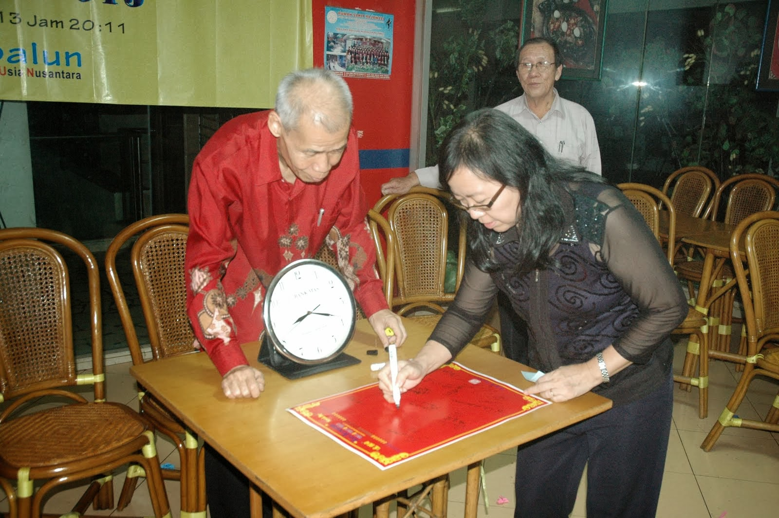 贵宾在签宪章纪念书