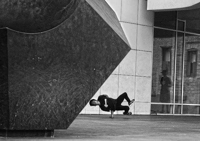 Foto en blanco y negro practicando bailes en el MACBA de Barcelona