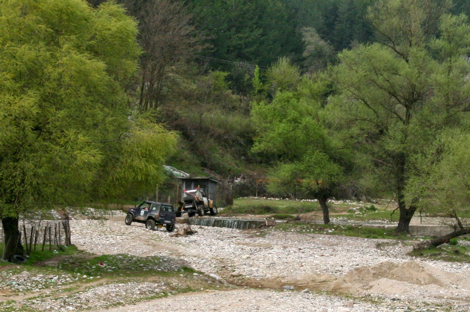 The four wheel drive vehicle after climbing the weir