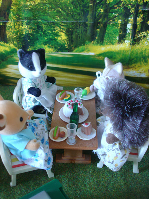 Sylvanian Families Diamond Jubilee Picnic Buckley Deer mother, Underwood Badger mother, Bramble Hedgehog mother & Macavity Cat grandmother