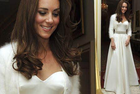Кейт в елегантна  рокля от бял сатен с болеро от ангора