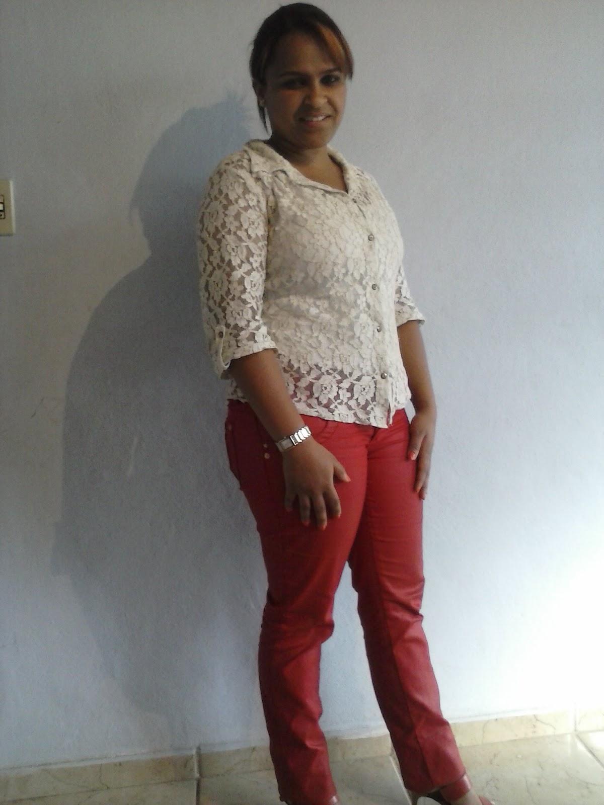 calça encerada vermelha + camisete branca de renda