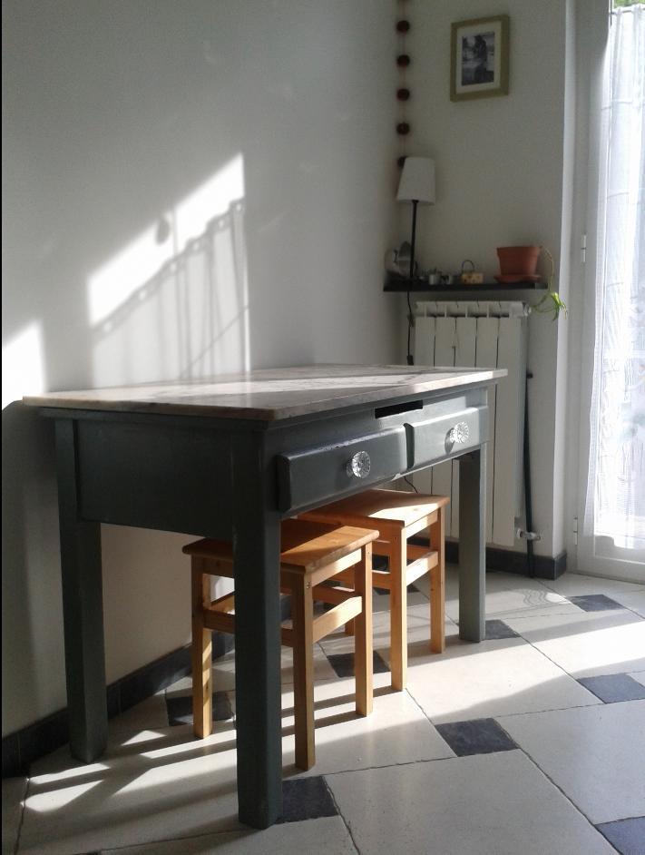 un vecchio tavolo con ripiano di marmo dipinto con la chalk paint