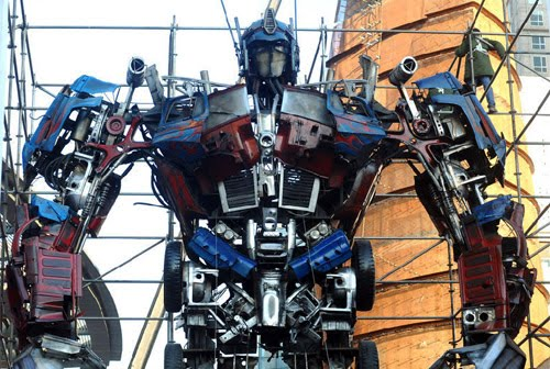 [Gambar-Video] Robot Transformers Optimus Prime Terbesar Di Dunia