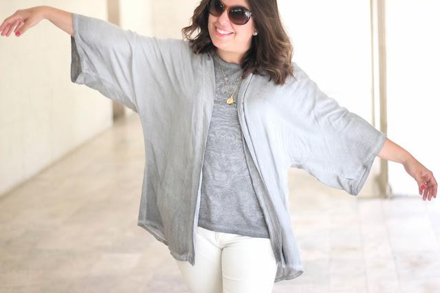 photo-look-outfit-maituins-kimono-gris-pantalon_blanco-cuñas_nicoli-bolso_vintage_loewe