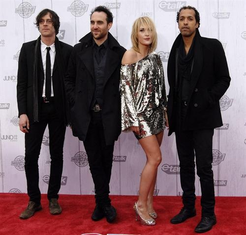 http://4.bp.blogspot.com/-molYxEpL4gs/TV8A7EEZ1ZI/AAAAAAAAFsE/tiJYKDvPOQA/s1600/members-the-band-metric-pose-for-cameras-the-red-carpet-john-newfoundland.jpg