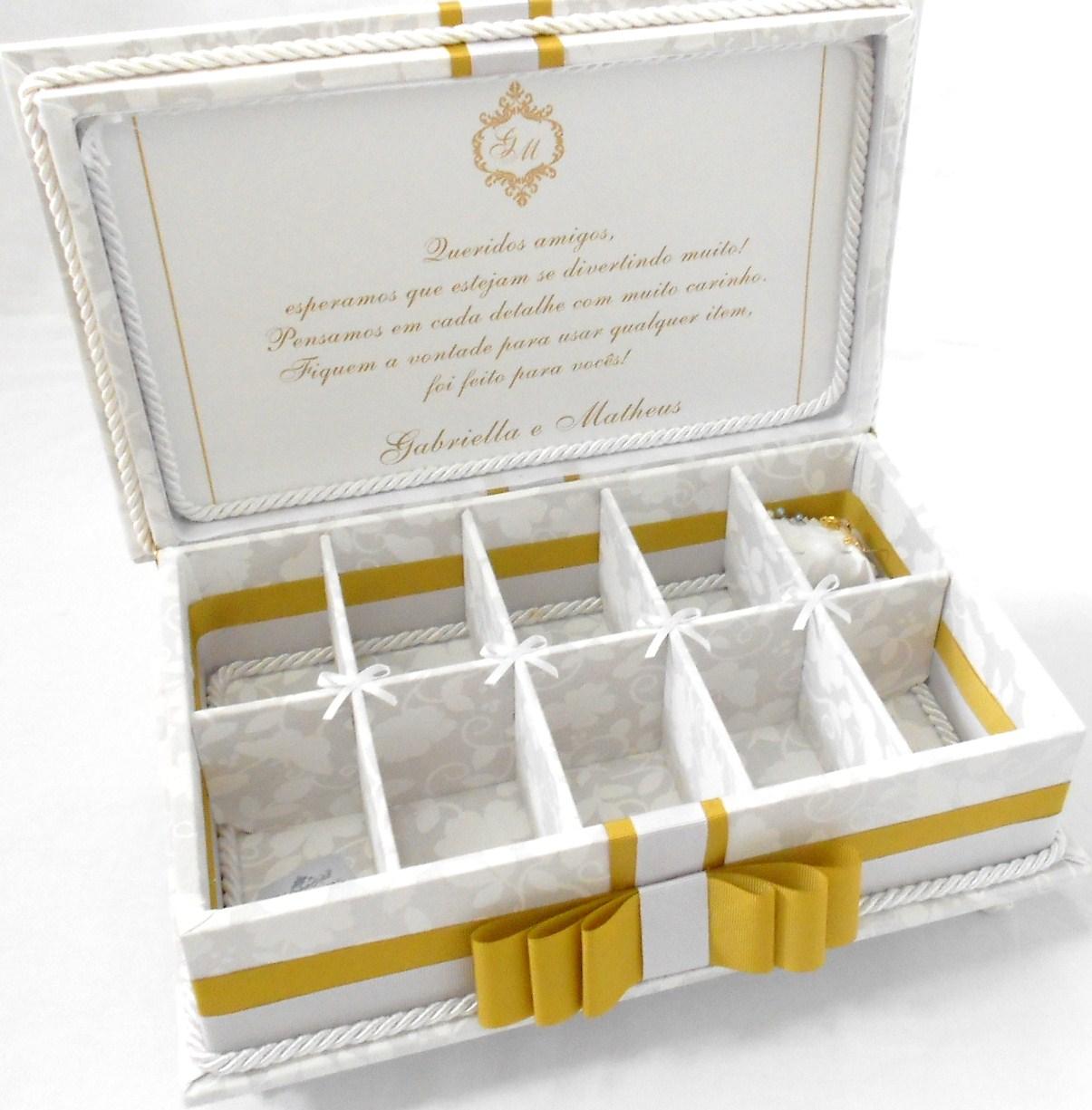 Divina Caixa: caixa de madeira forrada em tecido com iniciais e  #774703 1205x1225