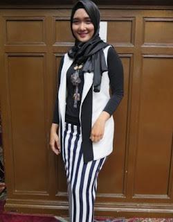 Baju Muslim Monokrom Hitam Putih Vertikal Helga Irena Pratiwi Tren 2016