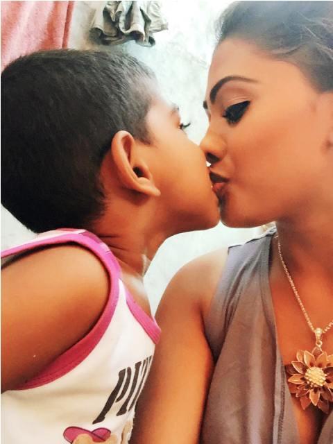 Piumi Hansamali son lip kiss