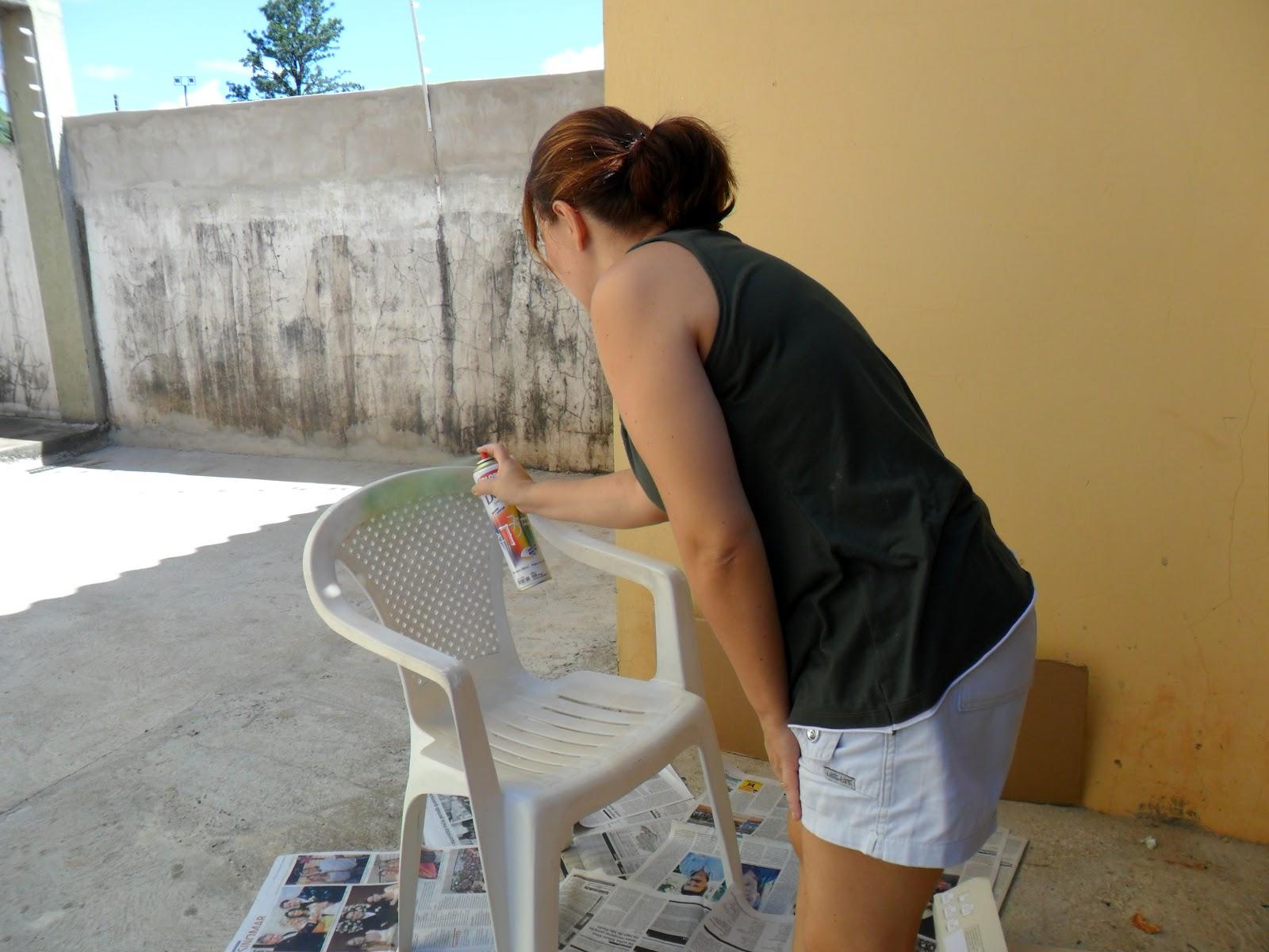 Casa da Dadá: Forrar ou Pintar Cadeira de Plástico? #68492A 1600x1200