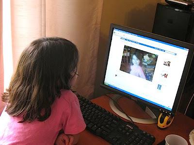Facebook tiene un pequeño secreto un tanto feo, algo no revelado en ninguna parte de los voluminosos archivos que presentó para convertirse en una empresa cotizada. Se estima que 5,6 millones de usuarios de Facebook, lo que equivale a cerca del 3,5 por ciento del total en Estados Unidos, son niños que según la compañía tienen prohibido el acceso al sitio. Facebook y otras muchas páginas web prohíben el acceso a los menores de 13 años porque la Ley de Protección de Privacidad Online de Niños (COPPA, por sus siglas en inglés) exige a los sitios web un tratamiento especial