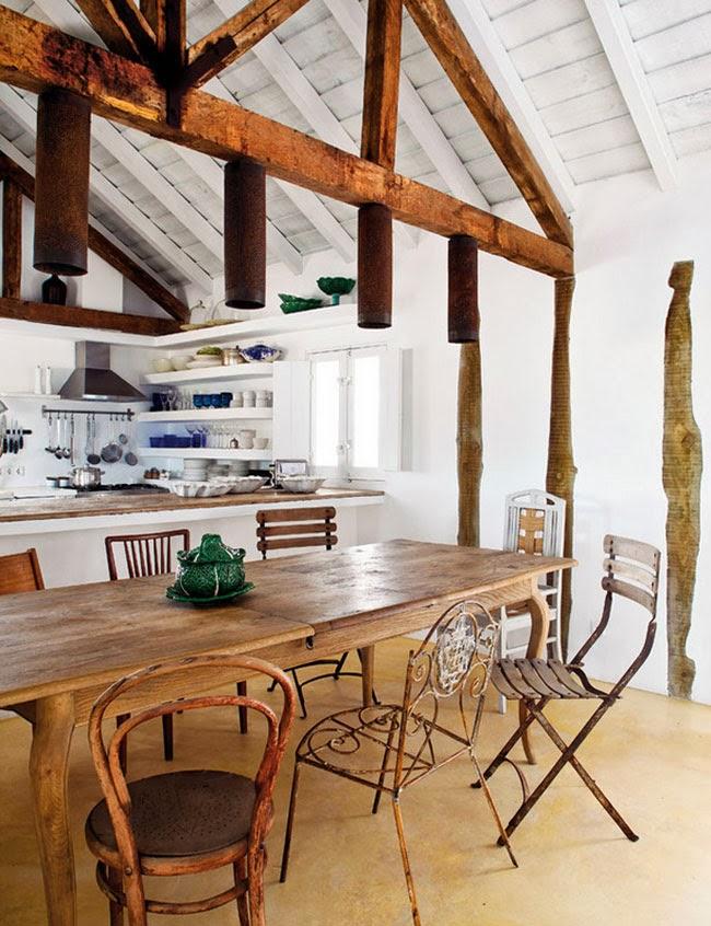 decorar comedor con sillas de jardin antiguas diferentes