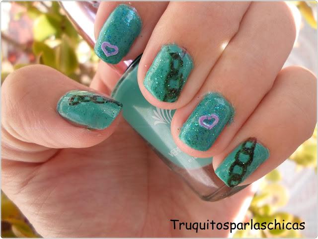 Manicura con tatuajes temporales verde