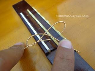 Cara Memasang Senar Gitar Nylon dengan Mudah bagian bridge