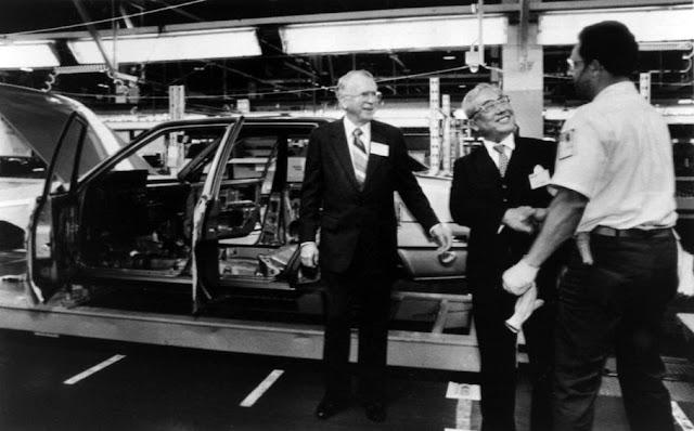 Il presidente di Toyota Motor Corp. Eiji Toyoda con il presidente di General Motors Roger B. Smith