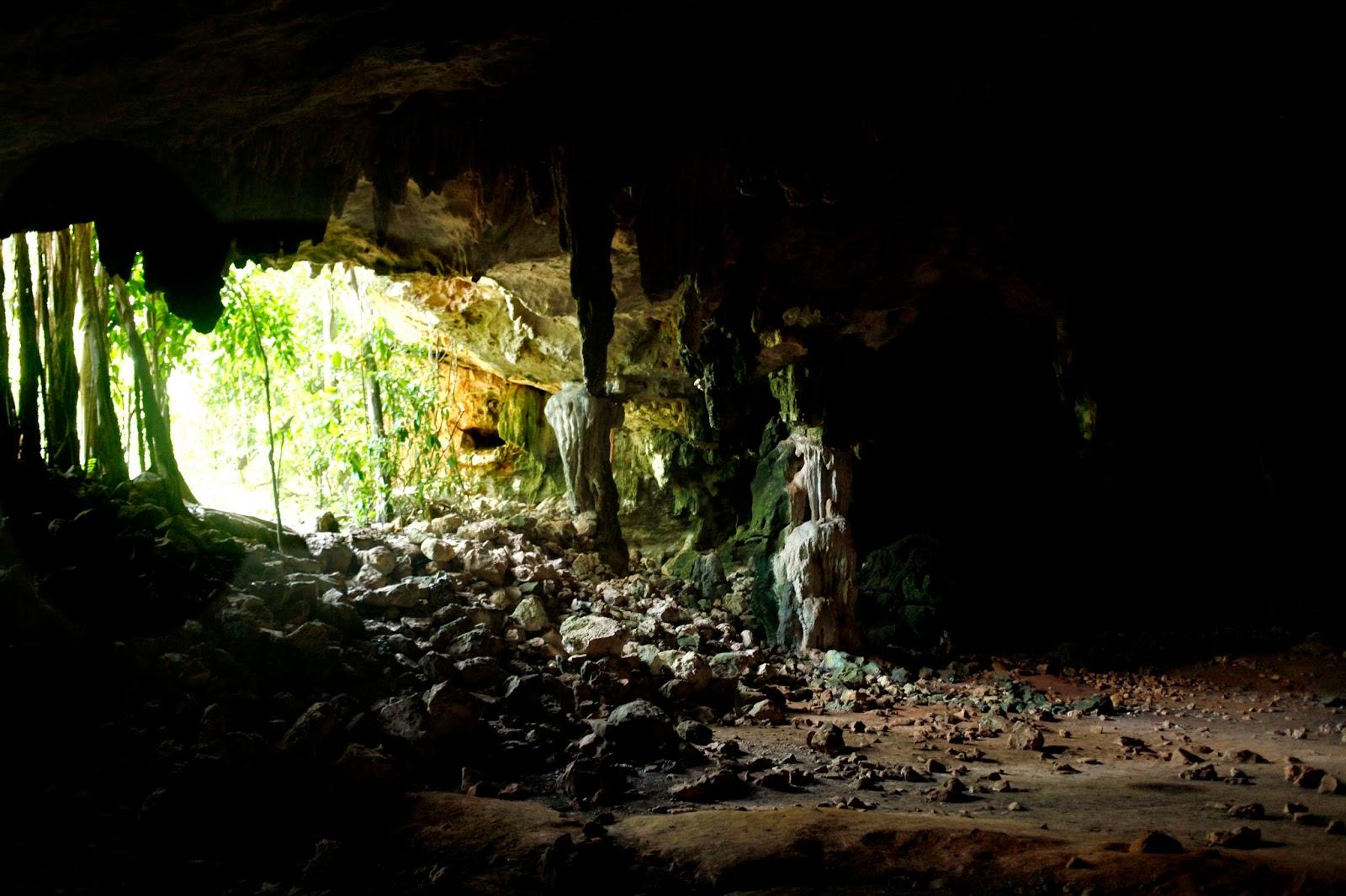 El libro afirmaba que cerca de Oxkintok existía una cueva donde los primeros mayas hacían las ceremonias para iniciar a sus h-mem,  sus sanadores o chamanes.  La cueva se llama Aktun Usil. Aktun viene de las palabras Ak, caparazón de tortuga y tun, piedra, así que significa el caparazon de piedra.