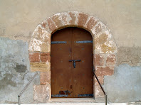 Detall de la porta d'entrada a la façana de ponent