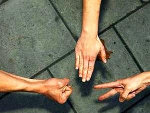"""El clásico juego de manos """"Piedra, papel o tijera"""", que sirve para decidir de forma azarosa quien hará algo poco apetecible, no se basa en la elección aleatoria de entre tres posibilidades, sino que existe un patrón de comportamiento. Los jugadores escogen condicionados por el resultado de la partida inmediatamente anterior, convirtiendo en previsible su jugada y proporcionando una ventaja ganadora a su rival. Esta es la conclusión de un reciente estudio matemático, cuyo objetivo era indagar acerca de la influencia de la psicología humana en una actividad recreativa basada, teóricamente, en la suerte. De origen oriental e inspirado en"""