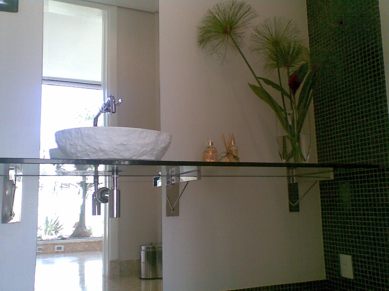 bancada em vidro os metais arrojados e as pastilhas de vidro foram #242814 1600x1200 Bancada Banheiro De Vidro