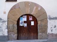 Detall de la porta adovellada de l'antiga rectoria