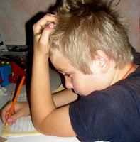 Kind schreibt konzentriert
