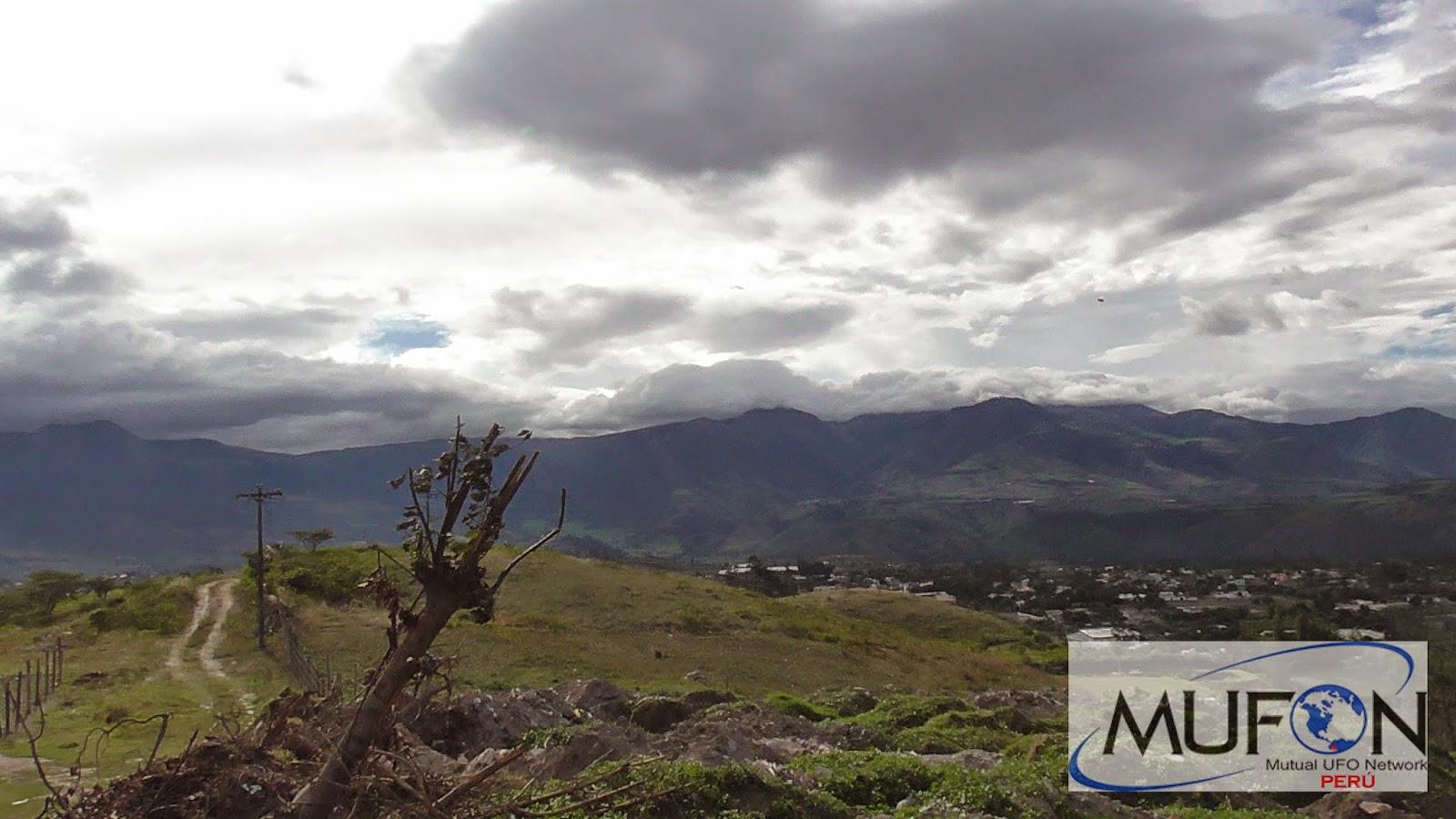 Fotografía tomada el día 26 de abril (2015) en provincia de Imbabura, Ecuador. Puede observarse un objeto aéreo anómalo de forma al parecer triangular.
