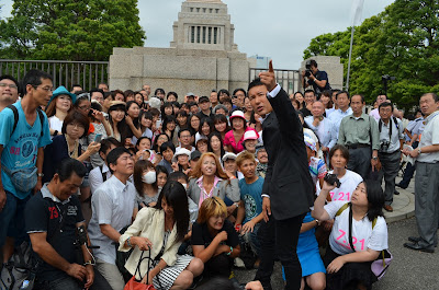 山本太郎さんと応援団?のみんなで集合写真を撮る前の様子