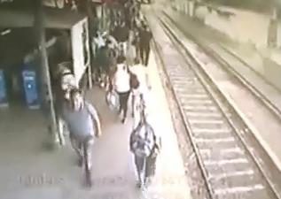 Se le Atoran las Piernas en el Tren