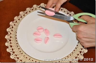وردة المارش ميلو السهلة لتزيين الكب كيك من www.fattoush.me