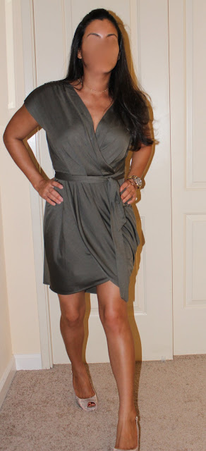 Petite Latina blogger in Banana Republic dress