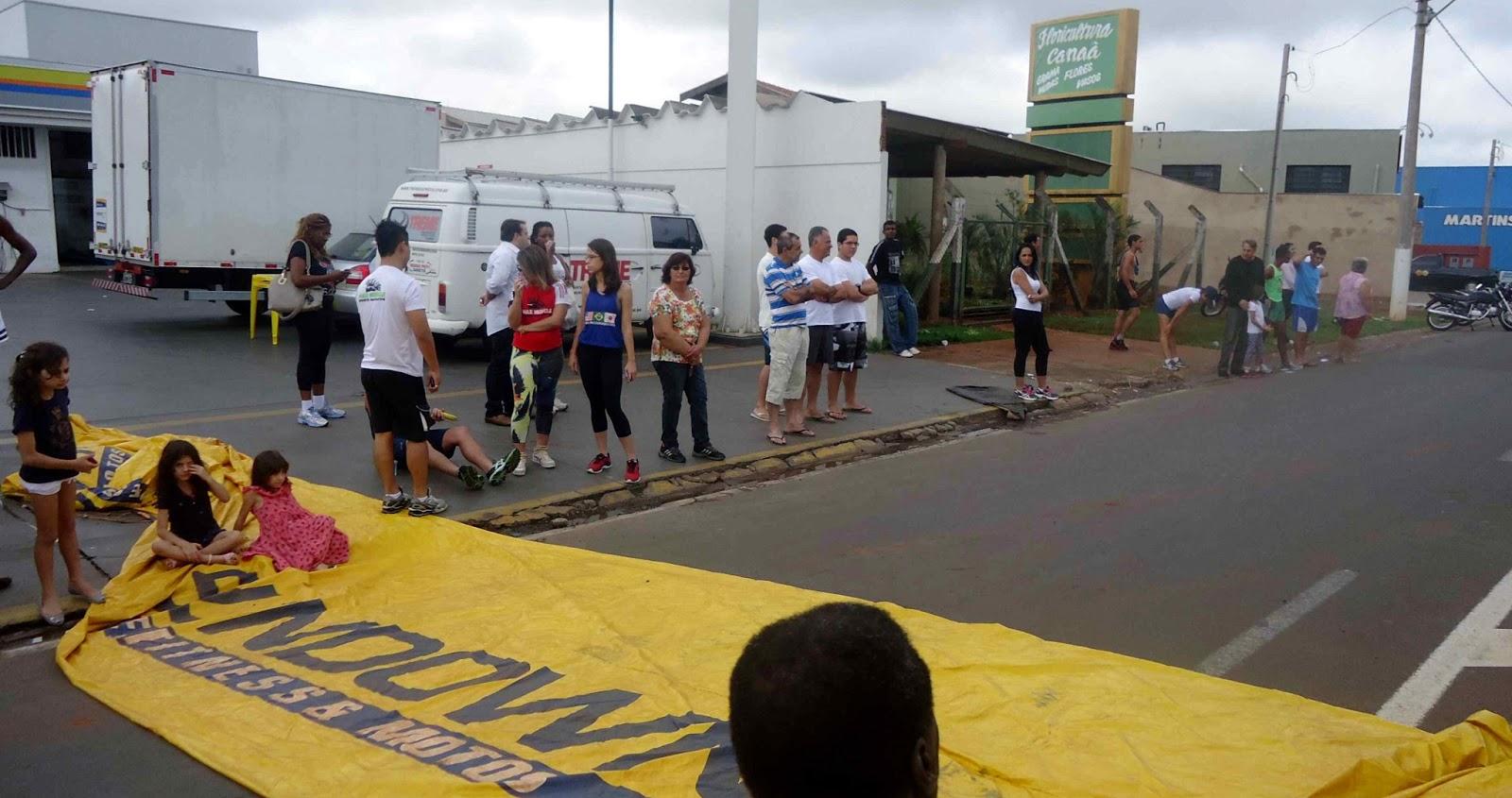 Foto 126 da 1ª Corrida Av. dos Coqueiros em Barretos-SP 14/04/2013 – Atletas cruzando a linha de chegada