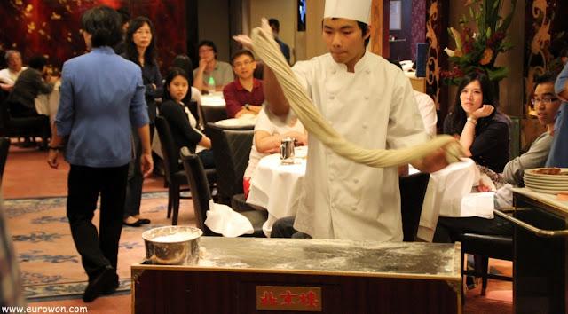 Haciendo fideos chinos a mano