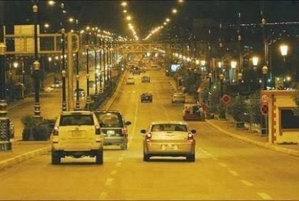 لماذا تضاء الشوارع باللون الأصفر وليس الأبيض - شارع سيارات - إنارة - cars street lights way