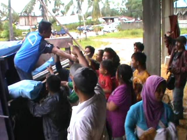 Korban Banjir, Menikmati Sahur di Pengungsian
