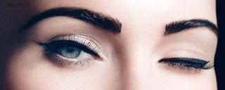 Maquiagem/contorno dos olhos.