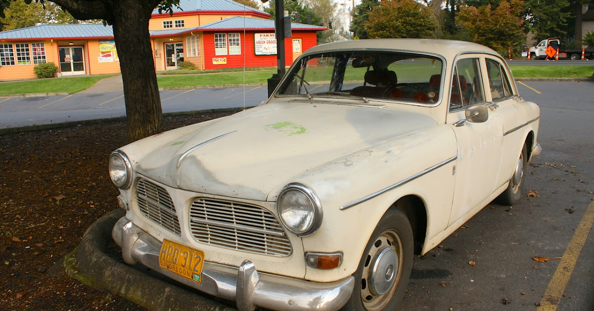 OLD PARKED CARS.: 1965 Volvo 122S.
