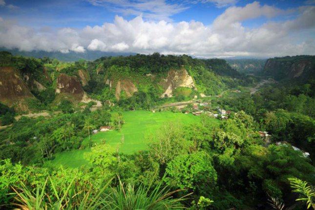 Ngarai sianok tujuan liburan di Bukittinggi