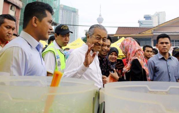 Tun M 'Disekat' Di Bazar Ramadan Kampung Baru