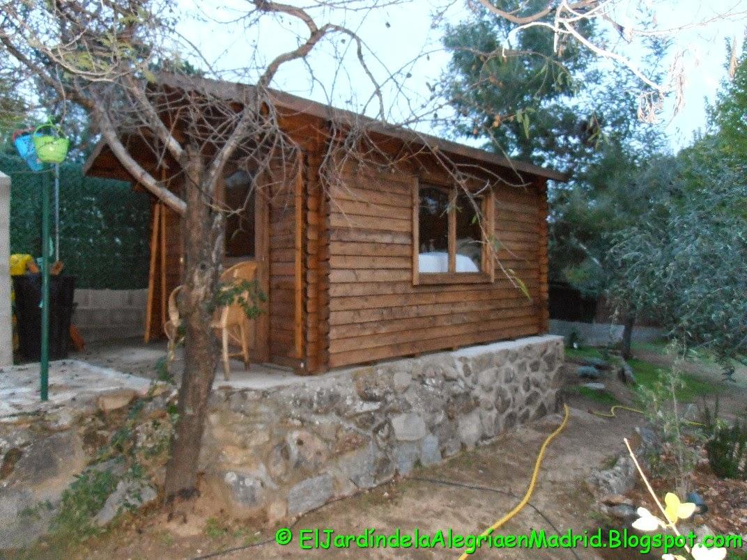 El jard n de la alegr a casita de madera en el jard n for Casitas de jardin de madera