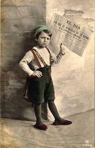 Foto antigua de un niño vendiendo periódicos