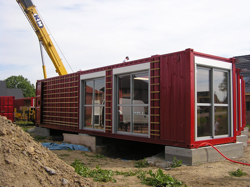 Laugh gags life in cargo containers in french - Container home foundation ...
