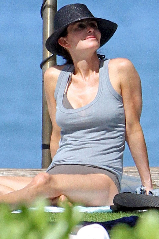Now, let's enjoy the rest of Courtney Cox bikini photos below: