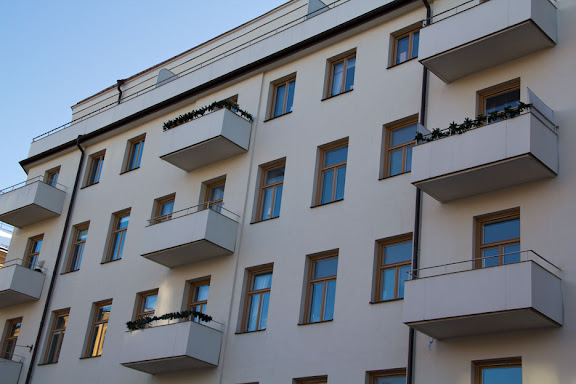 Julpyntade balkonger i februari