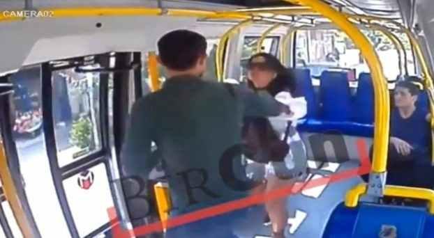 Τούρκος ισλαμιστής δέρνει φοιτήτρια μέσα σε λεωφορείο επειδή «κολάστηκε» από το σορτσάκι της (βίντεο)