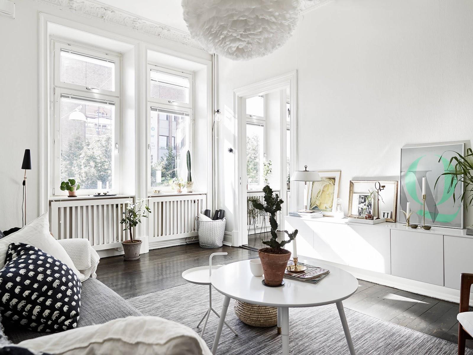 Appartamento romantico con pareti bianche e pavimento scuro a Stoccolma  ARC...