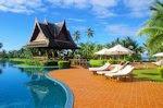 Piscina y cabañas en hotel de Indonesia