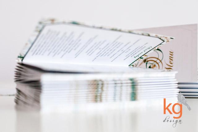 Dodatki ślubne, dodatki weselne, dekoracje sali weselnej, ornament roślinny, kolorystyka szmaragdowy, złoty, zielony, biały, żółty, winietki prostokątne, wizytówki, menu weselne, menu wolnostojące, składane, eleganckie dodatki, papeteria ślubna, komplet poligrafii, oryginalne i nietypowe, artystyczne, proste, plan stołów, plakat usadzenia gości, tablica usadzenia gości, emerald, kg design, projekt ślubny,