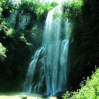 Cascata dos Molin, no Distrito de Ana Rech, em Caxias do Sul. Queda d'água com vegetação nativa ao redor.