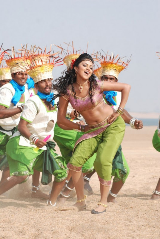 Amala Paul on Vettai Movie Stills navel show