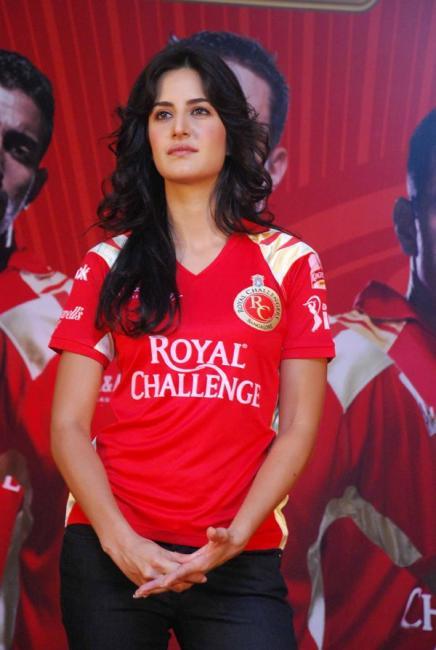 katrena kaif meets royal challengers fans